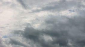 Cielo oscuro dramático con las nubes tempestuosas antes de la lluvia almacen de metraje de vídeo
