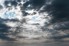 Cielo oscuro hermoso de la tormenta con los rayos del sol Fotografía de archivo libre de regalías