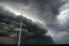 Cielo oscuro y fuertes vientos que amenazan a las turbinas de viento Foto de archivo libre de regalías