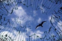 Cielo osservato dal vetro di finestra frantumato Fotografie Stock Libere da Diritti