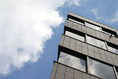 Cielo otra vez nublado del edificio de oficinas Fotos de archivo libres de regalías