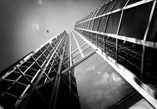 Cielo, pájaro y ventanas de cristal de un edificio moderno en Zagreb, Croacia Imagen de archivo