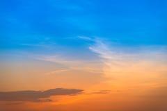 Cielo púrpura anaranjado y azul de la pendiente de la puesta del sol Imagen de archivo libre de regalías