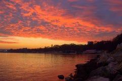 Cielo púrpura impresionante sobre la costa después de la puesta del sol Foto de archivo libre de regalías