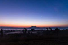 Cielo pacífico del amanecer de la madrugada sobre el parque nacional de ThungSlangLuang de la montaña y del bosque, Tailandia Fotos de archivo