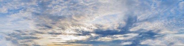 Cielo panorámico con la nube Fotografía de archivo