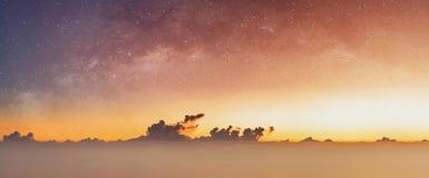 Cielo panorámico de la salida del sol y cielo estrellado en el amanecer, fondo del cielo del verano foto de archivo