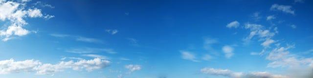 Cielo panorámico del color vibrante con la nube en un día soleado Foto de archivo