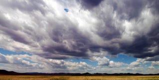 Cielo pesado sobre un campo Fotos de archivo