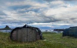 Cielo pesante sopra il castello di Lindisfarne e l'isola santa Fotografia Stock