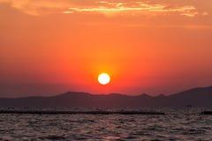 Cielo piacevole della montagna di scena di tramonto Immagini Stock Libere da Diritti