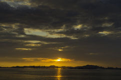 Cielo piacevole di tramonto con le nuvole all'isola di Sichang Fotografia Stock