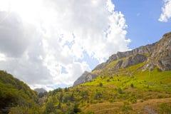 Cielo in pieno delle nuvole con una valle con gli alberi Fotografia Stock Libera da Diritti