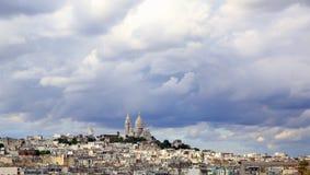 Cielo piovoso panoramico sopra Montmartre, a Parigi immagini stock libere da diritti