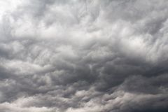 Cielo por completo de las nubes de tormenta imagen de archivo libre de regalías