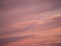 Cielo porpora con le nuvole al tramonto Immagine Stock