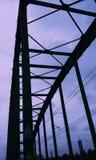 Cielo porpora e un ponte Fotografie Stock
