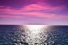 Cielo porpora rosa sopra il mare Immagine Stock