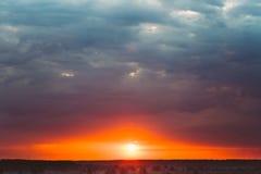Cielo, puesta del sol brillante del azul, anaranjada y amarilla de los colores Foto de archivo libre de regalías