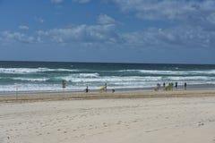 Cielo que practica surf en el Océano Pacífico imagenes de archivo