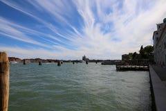 Cielo que refleja en el mar veneciano límpido Fotos de archivo libres de regalías