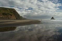 Cielo que refleja en la playa de Karekare foto de archivo libre de regalías