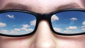 Cielo reflejado en vidrios almacen de metraje de vídeo