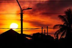Cielo rojo de la oscuridad con primero plano de la silueta imagen de archivo libre de regalías