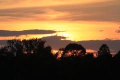 Cielo rojo en la puesta del sol Imagenes de archivo