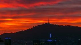 Cielo rojo hermoso con las nubes después del timelapse de la puesta del sol en Barcelona, España almacen de metraje de vídeo