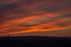 Cielo rojo hermoso con las nubes en la salida del sol Imagen de archivo