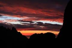 Cielo rojo, montañas de Córcega, GR20 rastro, Corse Imagen de archivo libre de regalías