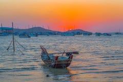 cielo rojo por la mañana en el golfo de Chalong un pequeño parque del barco de pesca Imagen de archivo