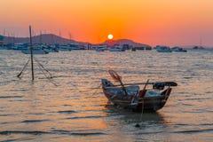 cielo rojo por la mañana en el golfo de Chalong un pequeño parque del barco de pesca Imagenes de archivo