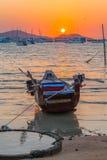 cielo rojo por la mañana en el golfo de Chalong un pequeño parque del barco de pesca Fotos de archivo libres de regalías