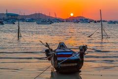 cielo rojo por la mañana en el golfo de Chalong un pequeño parque del barco de pesca Foto de archivo libre de regalías