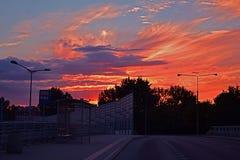Cielo rojo sobre el camino Foto de archivo