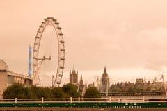 Cielo rojo sobre el ojo de Londres Imágenes de archivo libres de regalías
