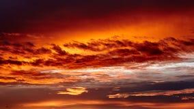Cielo rojo y anaranjado en la puesta del sol Fotos de archivo
