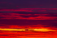 Cielo rojo y anaranjado espectacular en la puesta del sol Fotografía de archivo