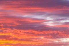 Cielo rosado anaranjado de la salida del sol dramática suave hermosa con el fondo de las nubes fotos de archivo