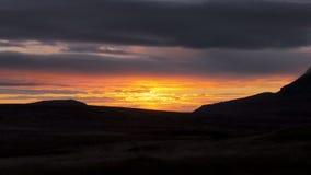 Cielo rosado y amarillo pintoresco de la puesta del sol sobre las colinas oscuras en valle misterioso almacen de metraje de vídeo