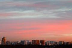 Cielo rosado y azul delicado de la salida del sol de la madrugada Imágenes de archivo libres de regalías