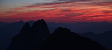 Cielo rosso di sera sopra le alpi svizzere Immagine Stock