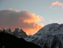 Cielo rosso sopra Dolomiti Fotografie Stock Libere da Diritti