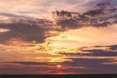 Cielo scenico con le nuvole durante il sunset_ immagine stock