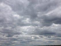 Cielo scuro con le nubi Fotografie Stock Libere da Diritti