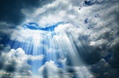 Cielo scuro con le nubi e l'indicatore luminoso Fotografia Stock