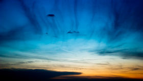 Cielo scuro di sera con le nuvole immagini stock libere da diritti