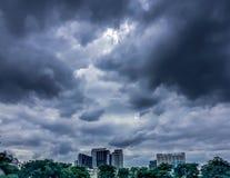 Cielo scuro, nuvola scura e costruzione immagine stock libera da diritti